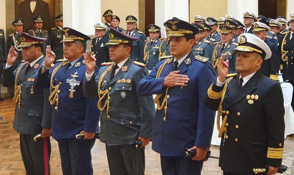 El alto mando militar boliviano  jura ante la presidenta transitoria Jeanine Áñez, durante un reajuste de cargos realizado en febrero de 2020. (ABI).